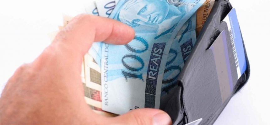 carteira-com-dinheiro-pagamento-divida-conta-notas-r-100-1464278969982_1920x1080